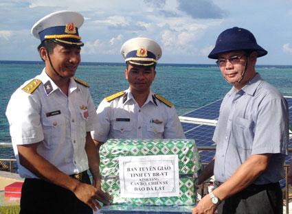 Lãnh đạo tỉnh thăm và tặng quà cán bộ, chiến sĩ Trường Sa và DK1