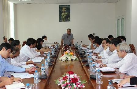 Lãnh đạo UBND tỉnh nghe báo cáo việc triển khai chương trình dạy học mới (VNEM)